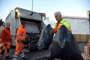 Der Weinfelder Strassenmeister Ruedi Arni packt auf der Mülltour durchs Wega-Gelände mit an. (Bild: Mario Testa)