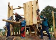 Mehrere Generationen erstellen den neuen Münchwiler Spielplatz – hier beim Bau des Kletterturms.Bild: Maya Heizmann