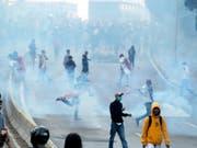 Tränengaswolke in der indonesischen Hauptstadt Jakarta. Dort sind Studentenproteste erneut von den Sicherheitsbehörden zerschlagen worden. (Bild: KEYSTONE/EPA/ADI WEDA)