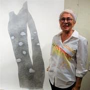 Monika Feucht mit ihrem bleistiftgemalten Bild «Féminité du bois». (Bild: Romano Cuonz, Sarnen, 31. August 2019)