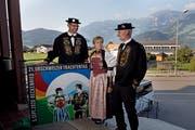 Die OK-Mitglieder mit dem Logo und in Nidwaldner Tracht. Von links: Bernd Zieri, Diana Käslin und Ueli Amstad. (Bild: Corinne Glanzmann, Beckenried, 3. September 2019)