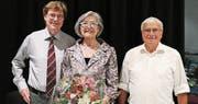 Präsident Meinrad Vögele (links) und Kassier Jean-Pierre Frey gratulierten der langjährigen Aktuarin Margit Steinmüller zu ihrem runden Geburtstag.Bild: Max Pflüger