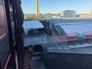 Der Brand brach auf dem Dach der Perronhalle des Bahnhofs SBB aus, die gegenwärtig saniert wird. (Bild: Keystone/Dominique Spirgi)
