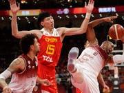 Zhou Qi (Mitte) scheitert mit Gastgeber China bereits in der WM-Vorrunde (Bild: KEYSTONE/AP/MARK SCHIEFELBEIN)