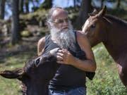 Der Autor Jean-Pierre Rochat, während einem Besuch auf seinem ehemaligen Bauernhof, am Freitag. (Bild: Keystone/PETER KLAUNZER)