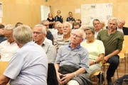 Die rund 100 Interessierten lauschen den Ausführungen von Gemeindepräsident René Walther. (Bild: Barbara Hettich)