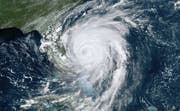 Hurrikan Dorian befindet sich kurz vor Floridas Ostküste und könnte in den kommenden Stunden auf dem Festland auftreffen. (Bild: NOAA/AP)