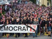 Die Gemeindebehörden von Moutier BE erhalten Sukkurs vom jurassischen Parlament - letzten Freitag gingen Tausende in Moutier auf die Strasse (Archivbild). (Bild: Keystone/Jean-Christophe Bott)