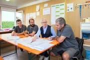 Beat Rüegsegger ist mit René Hitz und Raphael Büchel für die Planung und den Aufbau verantwortlich. Zusammen mit Georges Lüchinger bespricht er die Lage. Bild: Urs Bucher