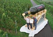 Die Rekord-Weinflasche ist rund vier Meter gross. (Bild: PD)