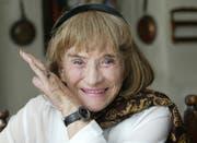 Trudi Gerster, aufgenommen in ihrer Wohnung in Basel am Montag, 13. Oktober 2003. (KEYSTONE/Georgios Kefalas)