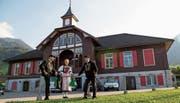 Sie organisieren den Urschweizer Trachtentag 2020 (von links): Obmann Bernd Zieri, Diana Käslin (Administration OK) und OK-Präsident Ueli Amstad vor dem Alten Schützenhaus in Beckenried. (Bild: Corinne Glanzmann, 3. September 2019)