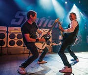Steve Hoop (links) und Fredy Koller sind das Gitarrenduo, das die Tribute-Band Station Quo musikalisch und showmässig prägt. Hoop hört nun aber auf. (Bild: Marc Riesen)