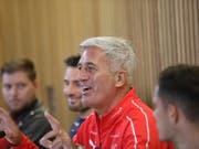 Vladimir Petkovic an der Pressekonferenz am Tag vor dem Spiel zwischen Irland und der Schweiz in Dublin (Bild: KEYSTONE/AP/PETER MORRISON)