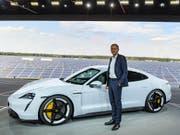Porsche-Chef Oliver Blume präsentiert mit dem Taycan das erste reine Elektroauto des Sportwagenbauers. (Bild: KEYSTONE/AP DPA/PATRICK PLEUL)