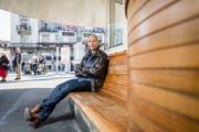 Schriftsteller Tom Zürcher auf dem Paradeplatz in Zürich. Im Zentrum der Schweizer Bankenwelt spielt sein satirischer Roman «Mobbing Dick». (Bild: Sandra Ardizzone)