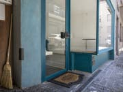 Ein leerstehendes Geschäft in der Altstadt Luzern. Wo eine Erdgeschossfläche ungenutzt sei, entstünden Unbehagen und das Risiko einer Abwärtsspirale zu immer mehr Leerständen, sagt der Schweizerische Städteverband. (Bild: Keystone/ALEXANDRA WEY)