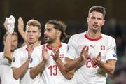 Fabian Schär und Ricardo Rodriguez danken ihren Fans nach dem Match. (Bild: KEYSTONE/Georgios Kefalas)