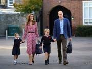 Unterwegs zum ersten Schultag: Die vierjährige Prinzessin Charlotte mit ihrem Bruder Prinz George und ihren Eltern Prinz William und Herzogin Kate. (Bild: KEYSTONE/AP PA Pool/AARON CHOWN)