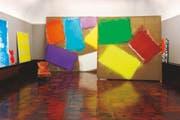 Die Galerie der Villa Langmatt glüht dank den starken Farben und grossen Gesten von Renée Levi. Und doch passt der alte Fauteuil bestens hinein. (Bild: Lee Li/Langmatt)