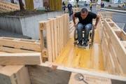 Auch Gregor Stäuble versuchte sich am Rollstuhlparcours vor dem GZI Gebäude. (Bild: Boris Bürgisser, Nottwil, 05. September 2019)