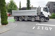 Die Unfallstelle mit dem Lastwagen und dem Kickboard. (Bild: Luzerner Polizei)