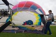Die Passagier Sandro Häller (19, Buttisholz) hilft beim Ballon aufblasen. (Bild: Boris Bürgisser, 5. September 2019)