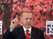 Was tun, wenn die Popularität sinkt? - Der türkische Präsident findet immer eine Zielscheibe. (Bild: KEYSTONE/AP Pool Presidentical Press Service)