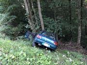 Das Auto kam von der Strasse ab, rollte eine Böschung hinunter und prallte in einen Baum. Der Lenker verstarb auf der Stelle. (Bild: Kantonspolizei Wallis)