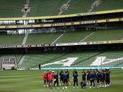 Einschwören auf Irland: Das Schweizer Nationalteam steht in Dublin vor einem schwierigen Match (Bild: KEYSTONE/AP/PETER MORRISON)