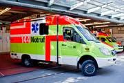 Der Motorradfahrer musste mit der Ambulanz ins Spital gebracht werden. Er leidet noch an den Folgen des Unfalls. (Bild: Coralie Wenger)