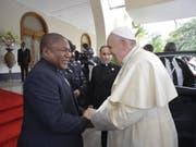 Papst Franziskus wird vom mozambikanischen Präsidenten Filipe Nyusi herzlich im Präsidentenpalast empfangen. (Bild: KEYSTONE/EPA VATICAN MEDIA/VATICAN MEDIA HANDOUT)