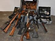 Im Dezember 2017 hat die St. Galler Kantonspolizei am Wohnort eines Sammlers rund 280 Waffen, Munition und über eine Million Franken Bargeld sichergestellt. Am Donnerstag stand der 63-jährige Schweizer in Flawil wegen Vergehen gegen das Waffengesetz vor Gericht. (Bild: Kapo SG)