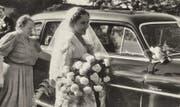 Eine der Frauengeschichten aus dem Rundgang: Die erste Chamer Taxifahrerin, Emilie Reck (links). (Bild: PD)