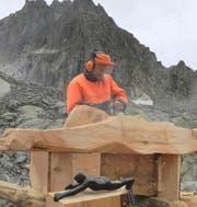 2017 hat Hans Gisler bei der Sidelenhütte die Skulptur «Pedro a dr Kantä» geschaffen. Ab der kommenden Woche wird er in seinem Freiluftatelier im Göscheneralptal arbeiten.Bild: PD (Realp, 20. August 2017)