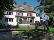 Geschäftsführer Michael Dubach (links) und sein Stellvertreter Ingo Hauser begutachten den neuen Gartenplatz.Bild: Eddy Schambron