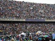 Papst Franziskus fährt mit dem Papst-Mobil ins Zimpeto Stadion. Er wird von zehntausenden Gläubigen empfangen, die Regen und Wind trotzen, um dem Oberhaupt der Katholischen Kirche zu lauschen. (Bild: KEYSTONE/AP/ALESSANDRA TARANTINO)