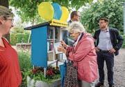 Eine Besucherin lieh sich bei der Eröffnungsfeier gleich das erste Buch aus. (Bild: Christian H. Hildebrand (Baar, 5. September 2019)