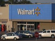 Nach Walmart haben sich in den USA zahlreiche Einzelhändler einer Initiative gegen das offene Tragen von Waffen in ihren Geschäften angeschlossen. (Bild: KEYSTONE/EPA/LARRY W. SMITH)