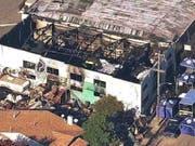 Der Prozess um die Brandkatastrophe bei einer Techno-Party in Oakland im Jahr 2016, bei der 36 Menschen starben, ist am Donnerstag (Ortszeit) ohne Schuldspruch zu Ende gegangen. (Bild: KEYSTONE/AP KGO-TV)