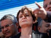 Die Istanbuler Vorsitzende der oppositionellen Republikanischen Volkspartei (CHP), Canan Kaftancioglu, ist zu fast zehn Jahren Haft verurteilt worden. (Bild: KEYSTONE/AP/LEFTERIS PITARAKIS)
