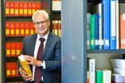 Gerichtspräsident Rudolf Fuchs in der Bibliothek des Bezirksgerichts Frauenfeld. (Bild: Donato Caspari)