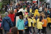 Als Pandabären verkleidete Läufer spornten die Kinder an. (Bilder: Sandro Büchler)