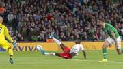 Breel Embolo: Sinnbildhaft vergibt er seine Grosschance gegen Irland, indem er ausrutscht. (Bild: Georgios Kefalas/KEY)
