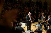 Ein triumphaler Abgang: Bernard Haitink gestern Abend bei seinem Abschiedskonzert im KKL. (Bild: LF/Priska Ketterer)