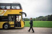 Walter Schwizer (rechts), Leiter von Postauto Ostschweiz, schreitet zum neuen Doppelstöcker aus Grossbritannien. Vor zwei Jahren wurden die Fahrzeuge in Engelburg präsentiert. (Bild: Gian Ehrenzeller/KY)