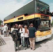 In die Jahre gekommen: Noch immer sind drei Doppelstock-Postautos der früheren Generation im Toggenburg unterwegs. (Bild: Gian Ehrenzeller/KY)