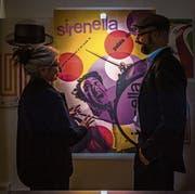 Maria Greco und Kurator Patrick Röösli, beide vom Vorstand Verein Kunstkiosk Baar, vor einem der typischen Plakate von Max Huber (1919–1992). (Bild: Christian Herbert Hildebrand, 5. September 2019)