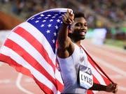 Noah Lyles feiert in Brüssel mit der US-Flagge seinen Sieg über 200 m. (Bild: KEYSTONE/EPA/OLIVIER HOSLET)