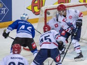 Lino Martschini (links) erreicht mit Zug in der Champions Hockey League vorzeitig die Achtelfinals (Bild: KEYSTONE/URS FLUEELER)